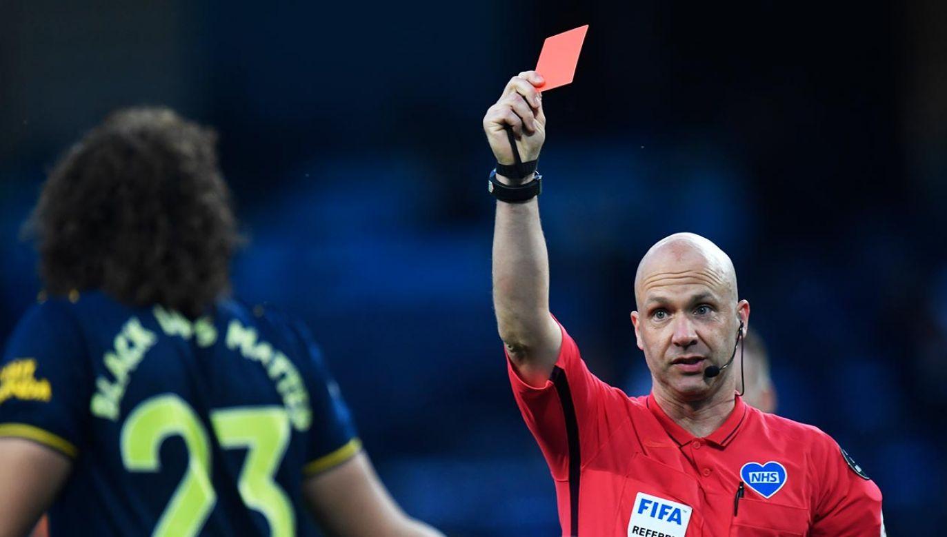 W szczególnych przypadkach kaszlenie będzie karane czerwoną kartką (fot. Peter Powell/Pool via Getty Images)