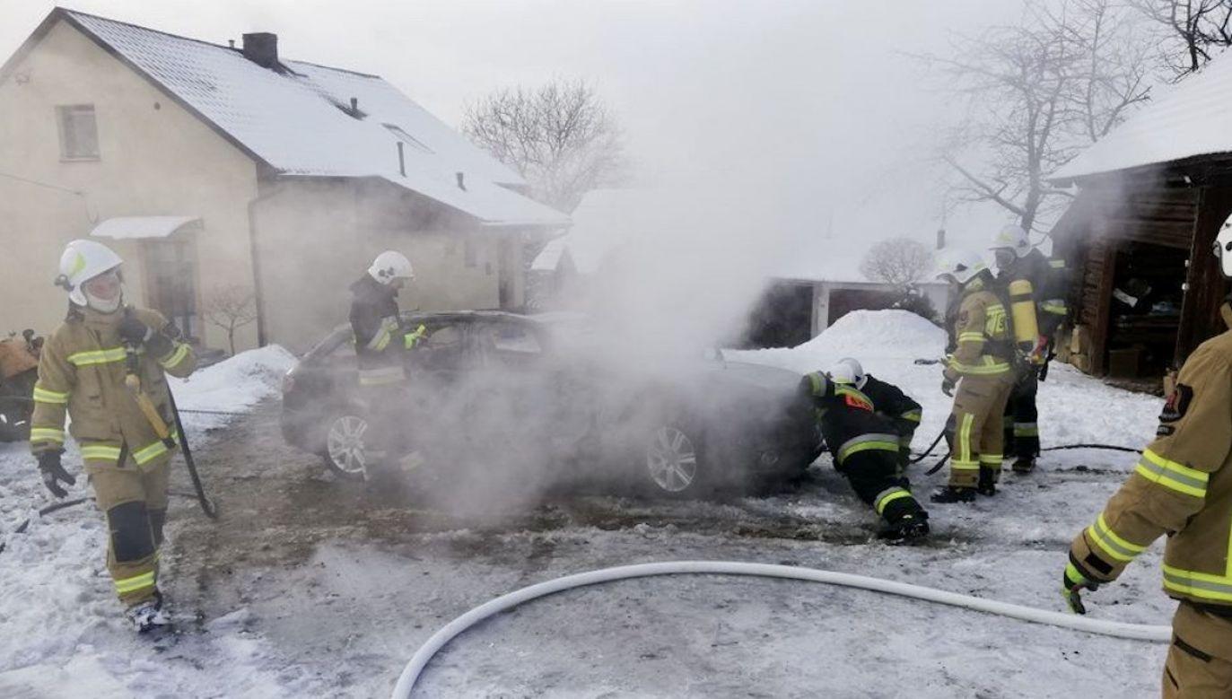 Strażacy ugasili płonący samochód (fot. OSP Łącko)
