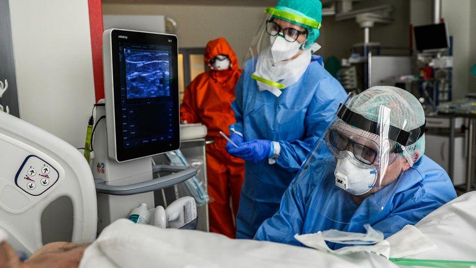 Spośród 1 743 hospitalizowanych z powodu Covid-19 pacjentów, 72 jest pod respiratorami (fot. Omar Marques/Getty Images)