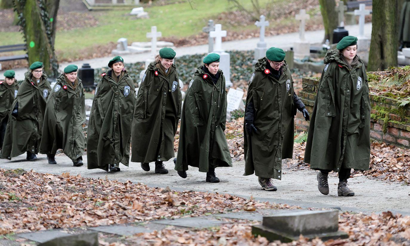 Harcerze na Cmentarzu Zasłużonych Wielkopolan (fot. PAP/Jakub Kaczmarczyk)