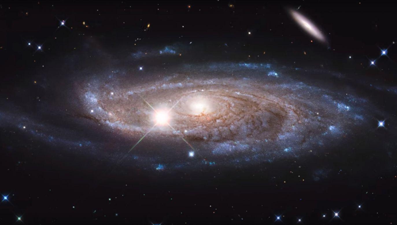 """""""Wydaje się, że galaktyka spokojnie płynie, powoli powiększając swoje rozmiary"""" (fot. HubbleESA/CC)"""