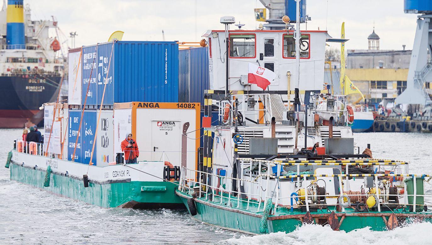 Pierwszy whistorii komercyjny transport kontenerów Wisłą (fot. PAP/Adam Warżawa)
