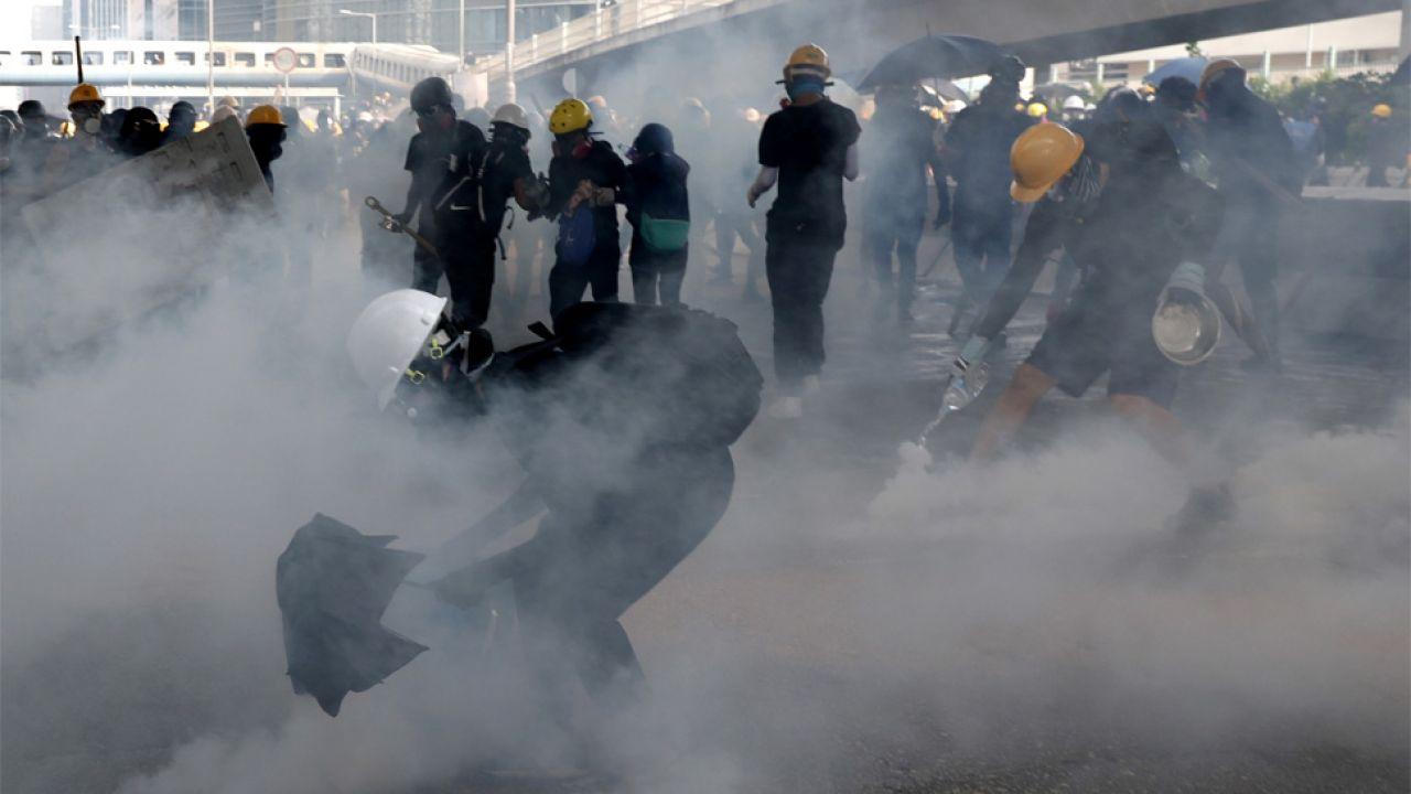 Policjanci strzelali w kierunku demonstrantów pojemnikami z gazem łzawiącym (fot. PAP/EPA/ROMAN PILIPEY)