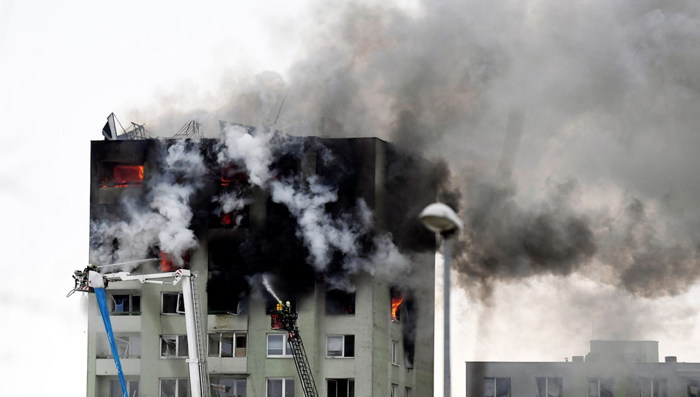 Ogień utrudnia strażakom dotarcie do wyższych kondygnacji  (fot. Reuters/Radovan Stoklasa)