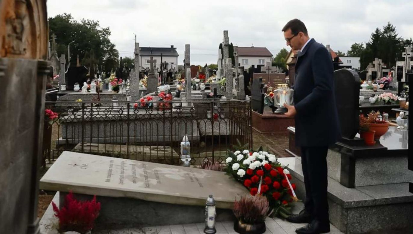 Premier Mateusz Morawiecki złożył kwiaty na grobie matki Norwida (fot. Twitter/KPRM)