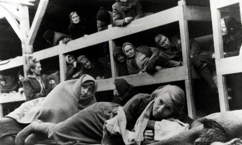 Kobiety w baraku w Auschwitz, styczeń 1945 r. Zdjęcie zrobione przez rosyjskiego fotografa wkrótce po wyzwoleniu obozu. Fot.Galerie Bilderwelt / Getty Images)