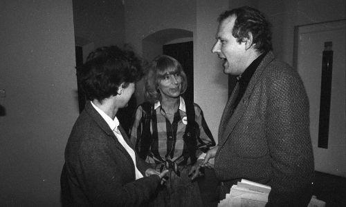 Jadwiga Jankowska (w środku) i Adam Michnik podczas obrad Okrągłego Stołu w podzespole ds. środków masowego przekazu. W wyniku rozmów – prowadzonych w kwietniu 1989 r. w siedzibie Urzędu Rady Ministrów w Pałacu Namiestnikowskim (obecnie Prezydenckim) przy Krakowskim Przedmieściu, przez przedstawicieli władz PRL, opozycji i Kościoła – rozpoczęła się transformacja ustrojowa. 4 czerwca 1989 r. odbyły się częściowo wolne wybory do Sejmu (tzw. kontraktowego) i reaktywowanego Senatu. Fot. PAP, Grzegorz Rogiński.