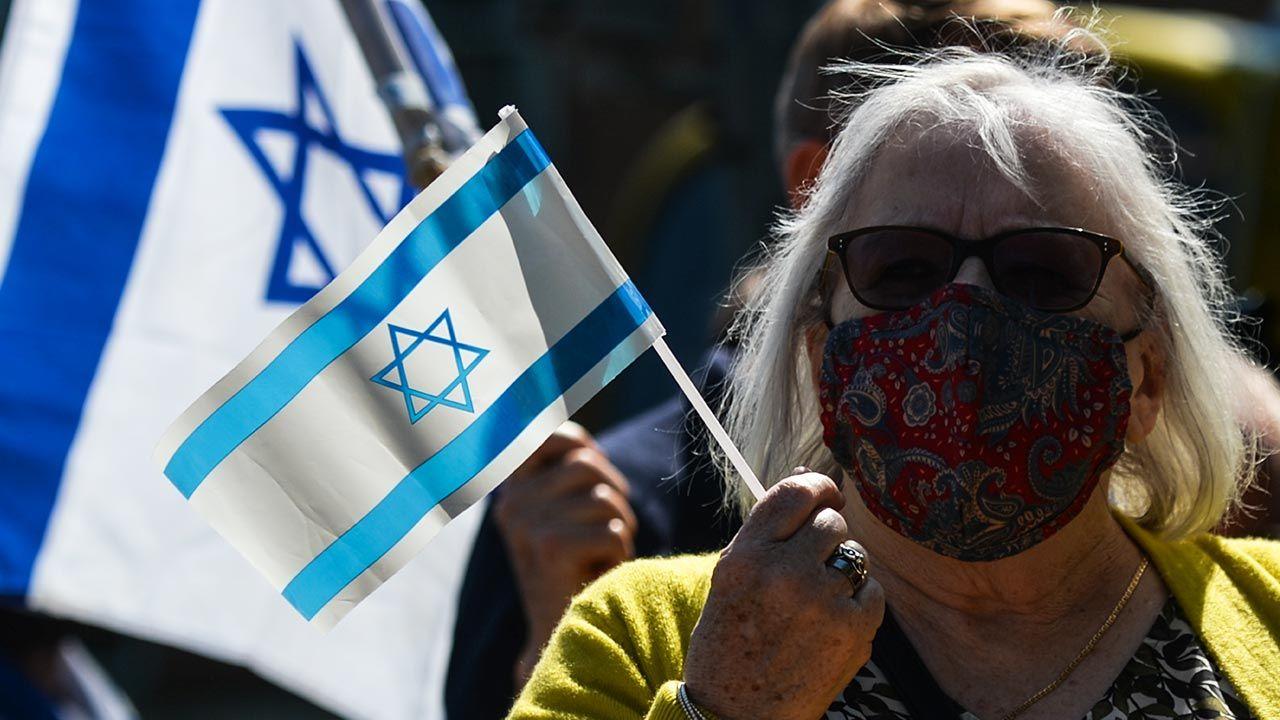 Zakażenia wariantem Delta w Izraelu (fot. Artur Widak/NurPhoto via Getty Images)