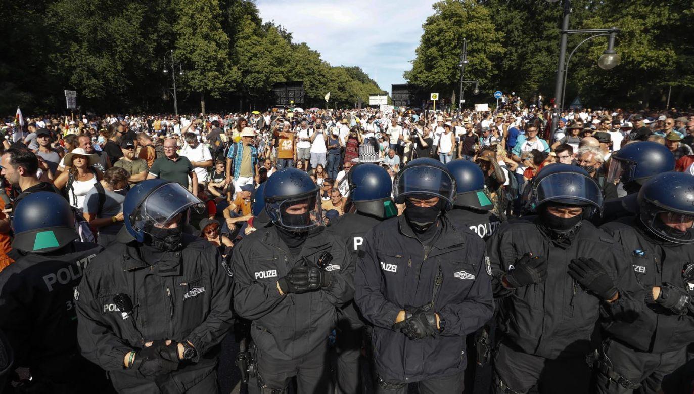 Część policjantów wymagała hospitalizacji (fot. PAP/EPA/FELIPE TRUEBA)