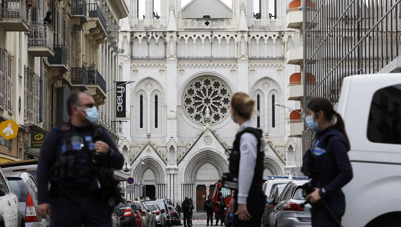 Francuska policja przyjechała na miejsce ataku nożownika w centrum Nicei (fot. PAP/EPA/SEBASTIEN NOGIER)