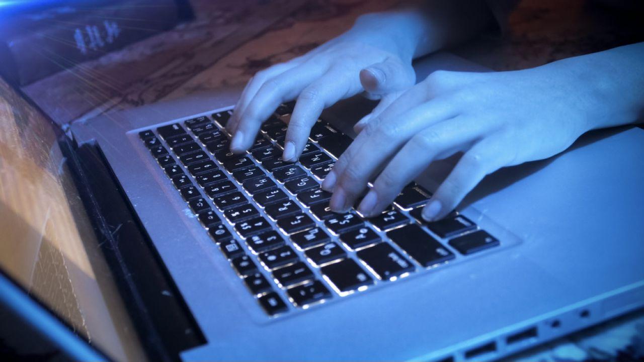 Nastolatek miał paść ofiarą oszustwa i szantażu (fot. Shutterstock/kryzhov)