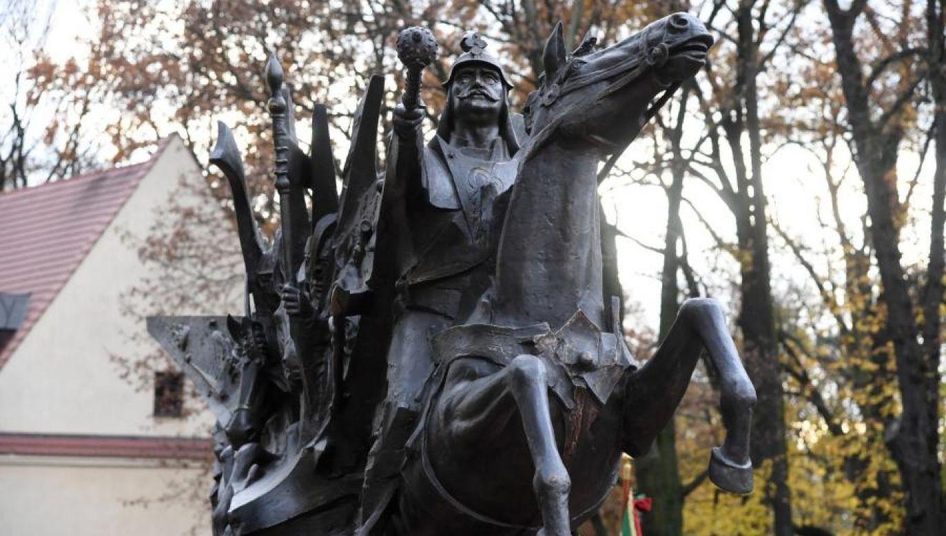 Na placu przed bazyliką oo. Franciszkanów w Krakowie na lawecie stanął pomnik króla Jana III Sobieskiego (fot. Jacek Bednarczyk/PAP)