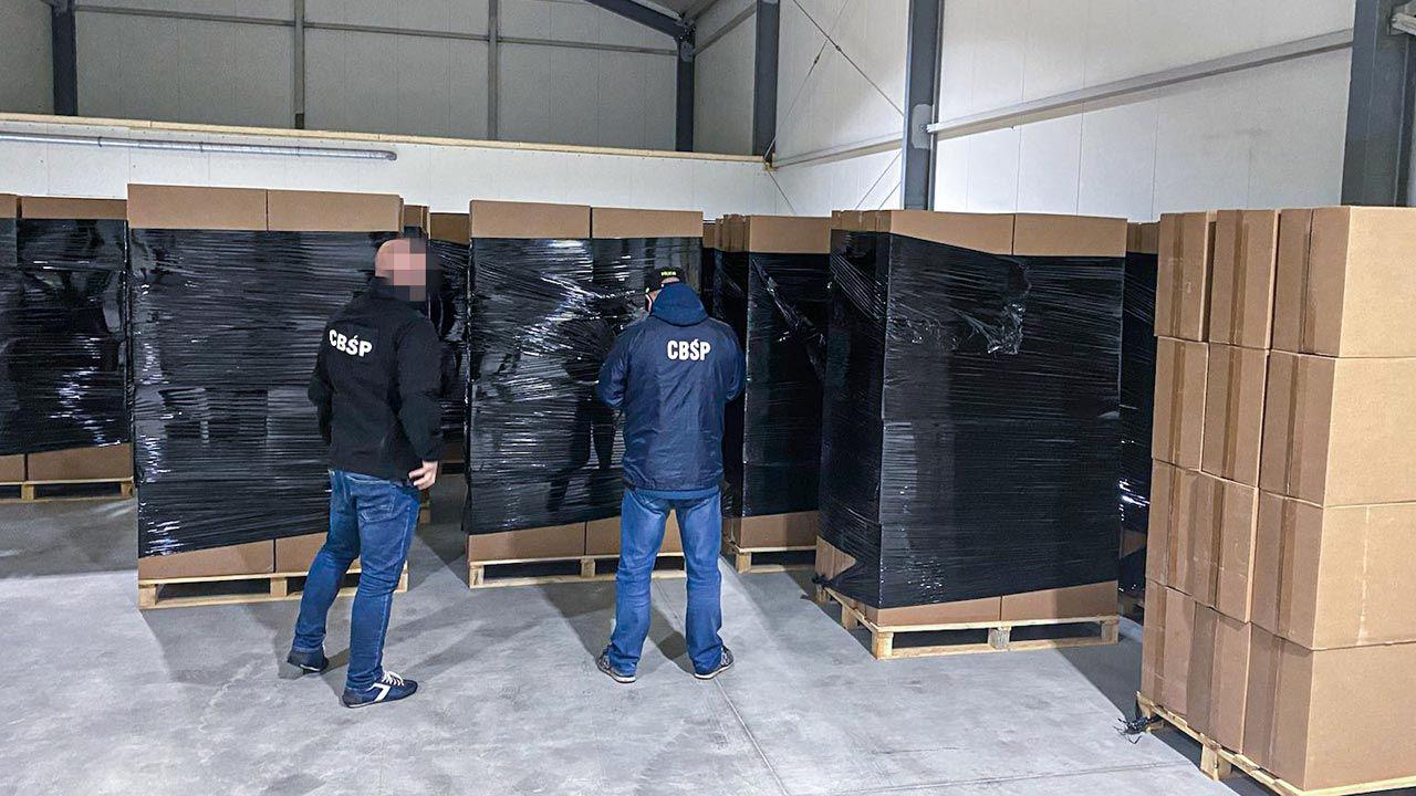 Ukryte były za skrzynkami z ziemniakami (fot. Policja)