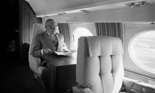 Armand Hammer w prywatnym odrzutowcu w drodze do Paryża w 1977 roku. Fot. Bertrand LAFORET/Gamma-Rapho via Getty Images