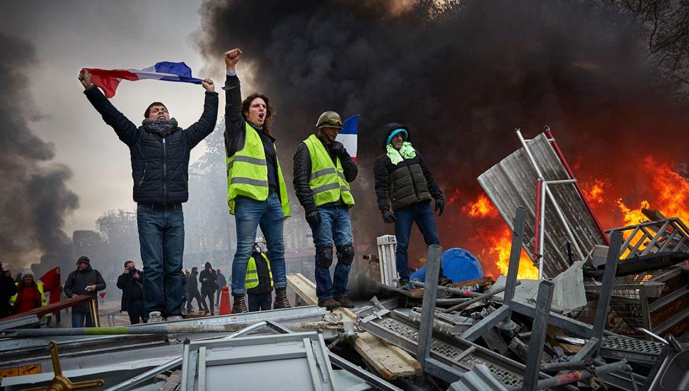 """Ruch protestu """"żółtych kamizelek"""" wrócił na ronda i ulice francuskich miast (fot. Kiran Ridley/Getty Images, zdjęcie ilustracyjne)"""