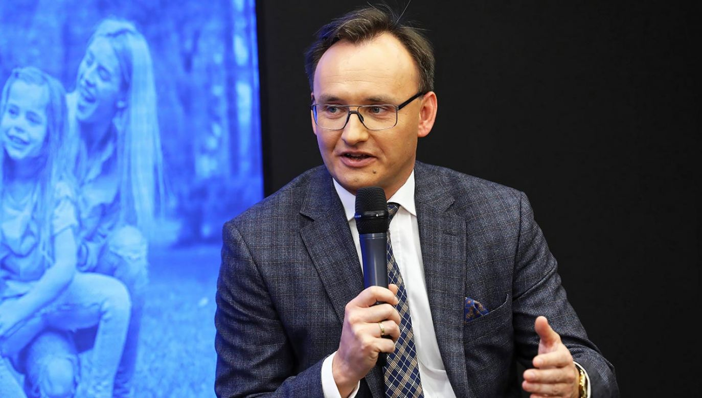 Rzecznik Praw Dziecka Mikołaj Pawlak podczas debata z okazji dnia praw rodziny (fot. PAP/Rafał Guz)