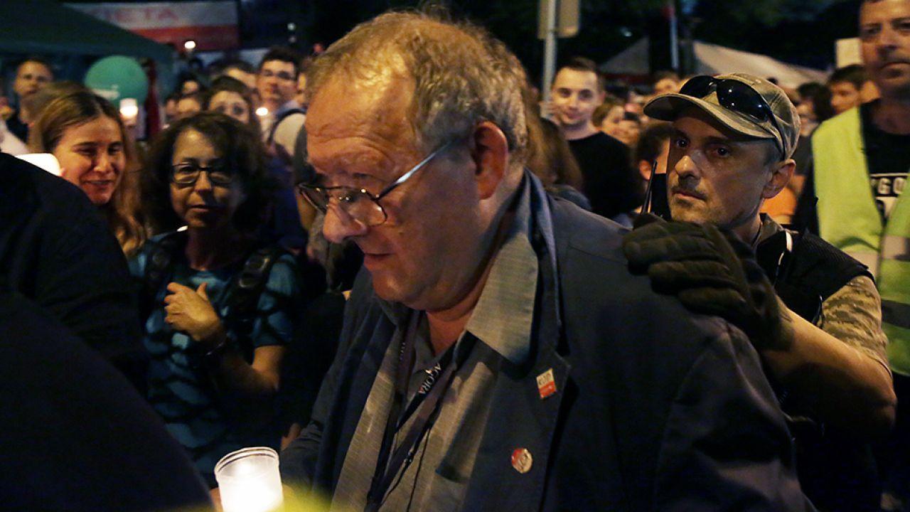 """Redaktor naczelny """"GW"""" Adam Michnik podczas protestu przeciwników zmian w sądownictwie (fot. PAP/Tomasz Gzell)"""