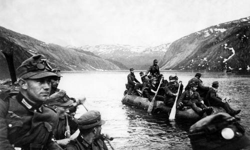 Niemieckie oddziały górskie w drodze na północ skracają sobie trasę, przecinając fiord na gumowych pontonach. Maj 1940. Fot. Ullstein bild / ullstein bild via Getty Images