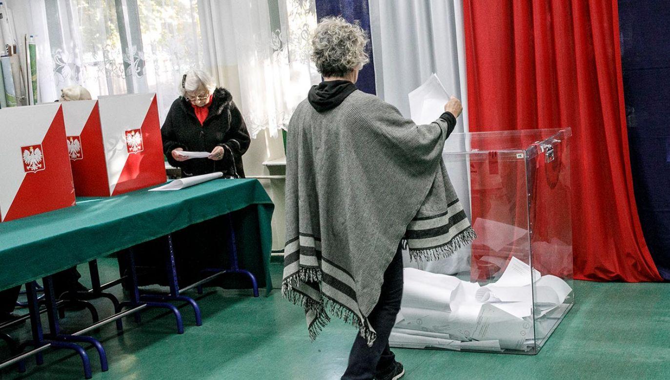 """Pismo ws. wyborów przekazały marszałkowi Senatu  kluby """"Gazety Polskiej"""" (fot.  Carsten Koall/Getty Images)"""