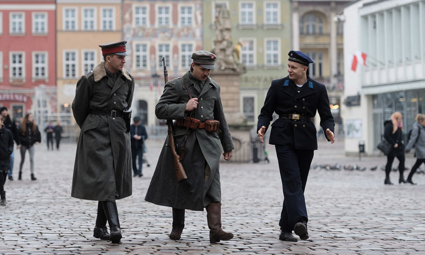 Rekonstruktorzy przebrani w mundury powstańców na Starym Rynku w Poznaniu (fot. PAP/Jakub Kaczmarczyk)