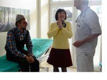 Po bliskim spotkaniu z koparką, Krzysztof trafia do szpitala z urazem głowy (fot. Ola Mecwaldowska)