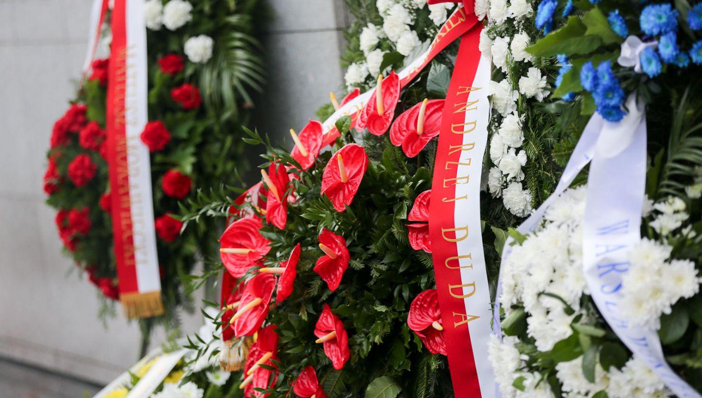 Wieniec od prezydenta Andrzeja Dudy przed pomnikiem Umschlagplatz (fot. KPRP/Krzysztof Sitkowski)