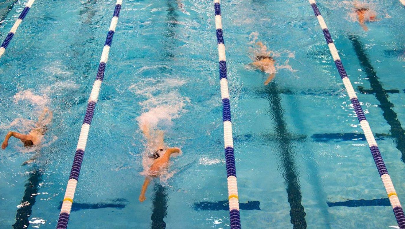Ośmiioro pływaków i ich trener zostało poddanych kwarantannie (fot. Pixabay/skeeze)