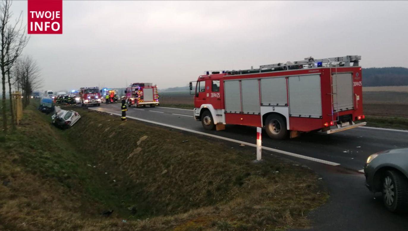Rzecznik dodał, że wskutek kolizji samochodu osobowego z busem śmierć poniosła jedna osoba jadąca osobówką (fot. Artur Kwiatkowski/Twoje Info)