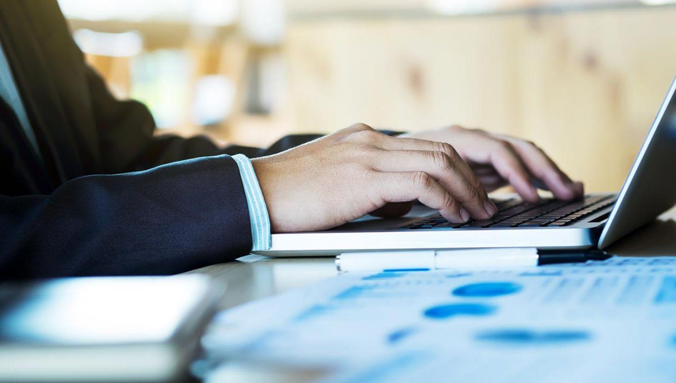 Nie klikajmy w podejrzane linki do płatności (fot. Shutterstock/iJeab)