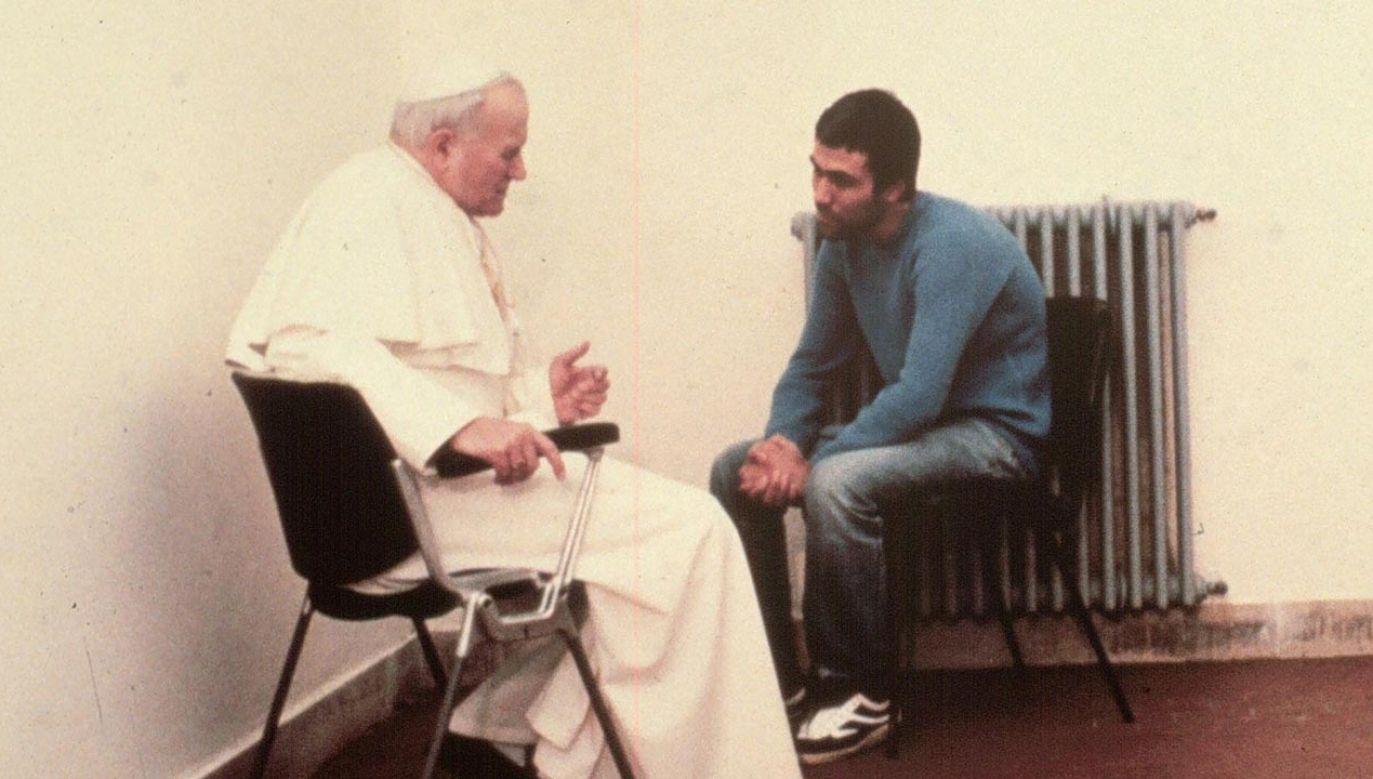 Papież Jan Paweł II i Ali Ağca (fot. PAP/EPA/ANSA)