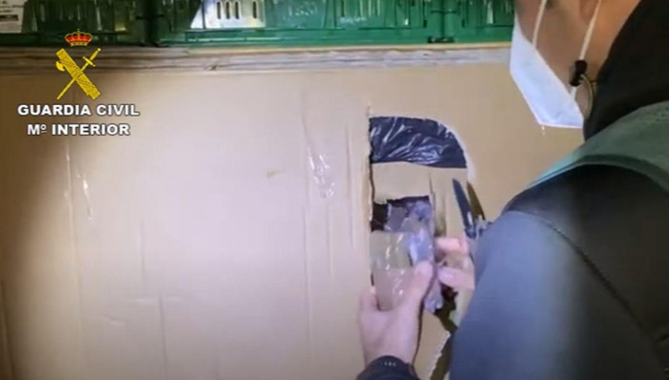 Skrytka z narkotykami ukryta była za skrzynkami z warzywami (fot. Guardia Civil)
