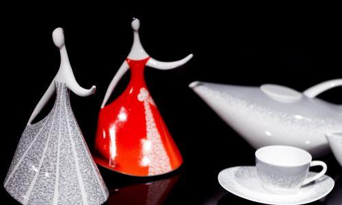 """Wystawa """"Polski New Look"""" we wrocławskim Muzeum Narodowym, prezentującą ceramikę użytkową lat 50. i 60. Pokazała ponad 200 eksponatów - bibeloty, figurki, wazony, zastawy i serwisy stołowe -  pochodzących z fabryk w Wałbrzychu, Jaworzynie Śląskiej, Chodzieży, Ćmielowie, Bogucicach, Pruszkowie, Tułowicach, Włocławku i prywatnej katowickiej wytwórni Steatyt. Nowoczesne, zaprojektowane przez Instytut Wzornictwa Przemysłowego figurki zwierząt i ludzi cieszą się dużą popularnością wśród kolekcjonerów. Fot. PAP/M"""