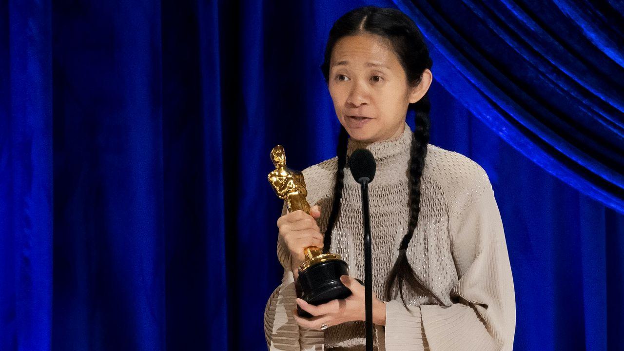 """Chloe Zhao, reżyserka """"Nomadland"""", przeszła w niedzielę do historii kina (fot. Todd Wawrychuk/Getty Images)"""