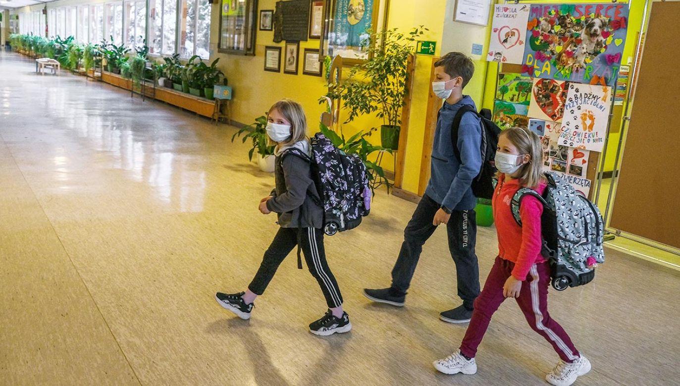 99,1 proc. szkół podstawowych pracuje stacjonarnie, większość pozostałych w trybie mieszanym (fot. Omar Marques/Getty Images)