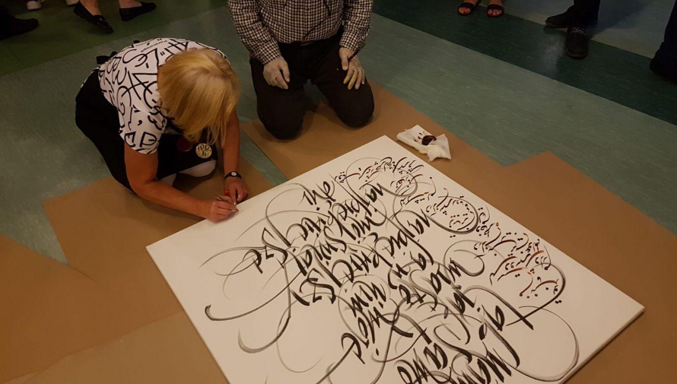 """""""Sen o Warszawie"""" – praca polskiej kaligrafki Barbary Galińskiej z perskim tłumaczeniem w wykonaniu Ahmeda Mohamadpura (fot. Ambasada Iranu w Polsce)"""