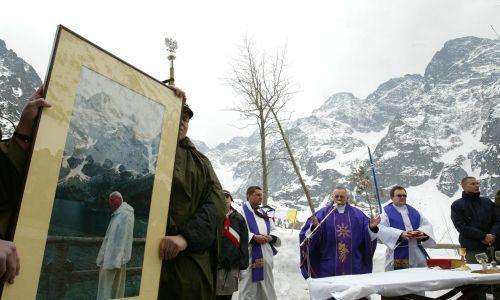 Tatry, Morskie Oko , 8 kwietnia 2005 r. Msza św. za duszę zmarłego papieża Jana Pawła II odprawiona przed schroniskiem nad Morskim Okiem. Fot. PAP/Grzegorz Momot