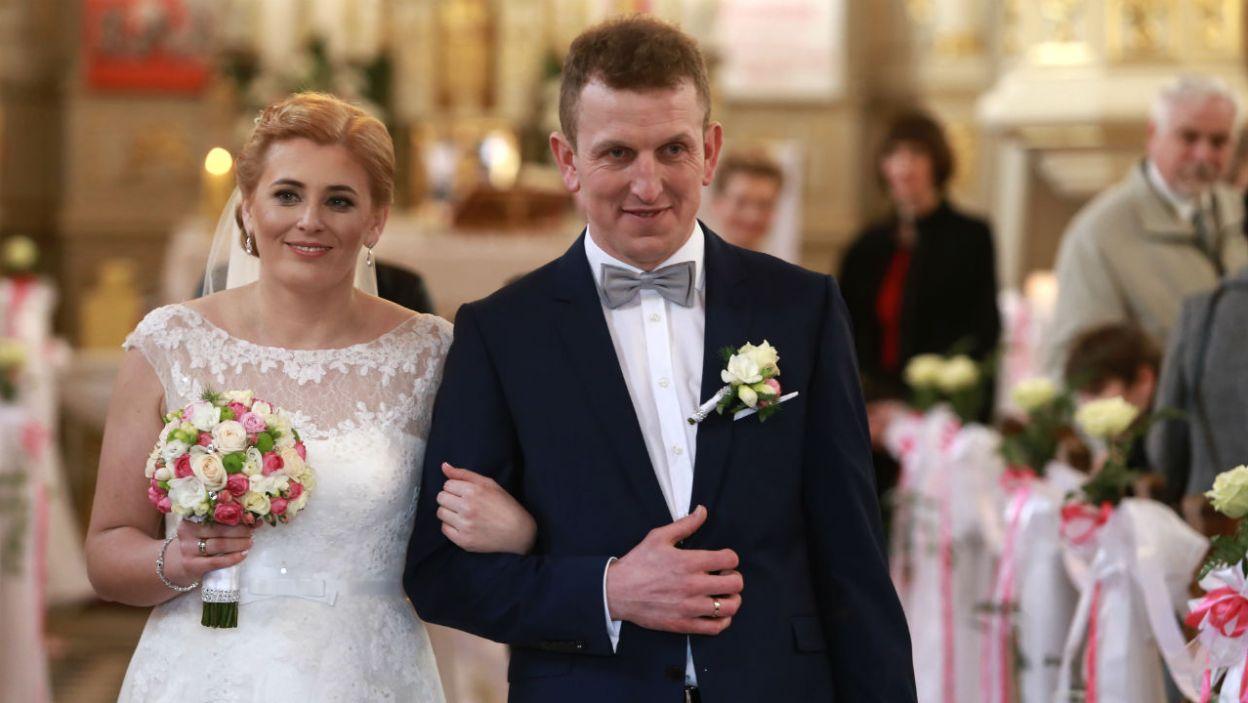 """Robert i Agnieszka powiedzieli sobie sakramentalne """"tak"""" w błysku fleszy (fot. Wojciech Kurczewski)"""