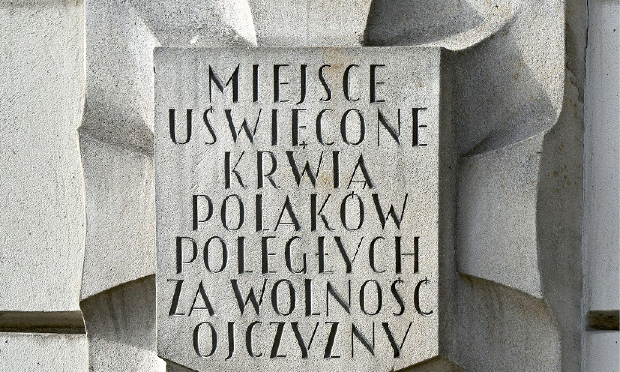 Przy każdej tablicy Karola Tchorka w Warszawie zostanie dodana informacjia w języku angielskim. Fot. Mat. prasowe wydawnictwa