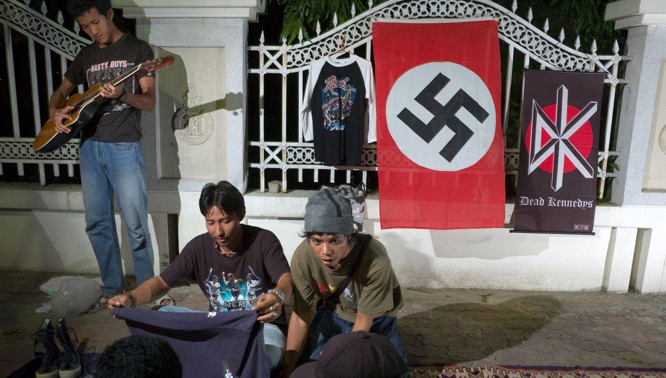 Studenci Uniwersytetu Księcia Songkhla w Pattani w południowej Tajlandii sprzedają w nocy ubrania i flagi ze swastykami, uznawane za kontrkulturowe. Swastyka jest co prawda symbolem używanym w hinduizmie i buddyzmie, ale w muzułmańskich obszarach południowej Tajlandii i północnej Malezji jest powszechna w wersji nazistowskiej. Ludzie sprzedający je i noszący zazwyczaj mówili pytającym o to dziennikarzom, że nie rozumieją symboliki, ale lubią ten znak graficzny. Tot. Jerry Redfern / LightRocket via Getty Ima