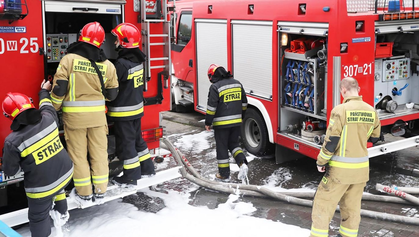 Do szpitala trafiła poszkodowana w pożarze około 80-letnia kobieta (fot. PAP/Tomasz Gzell)