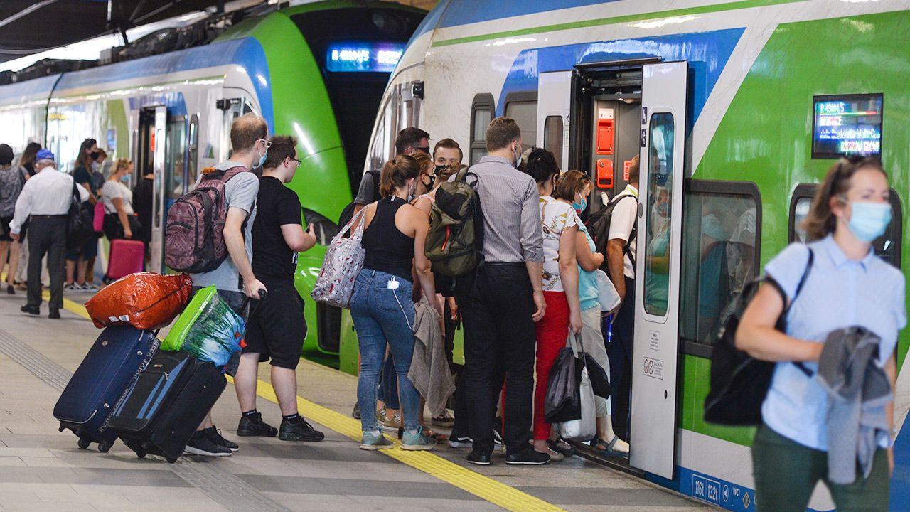 Podczas  podróży pociągami obowiązywać będzie nakaz zakrywanie ust i nosa (fot.  Artur Widak/NurPhoto via Getty Images)