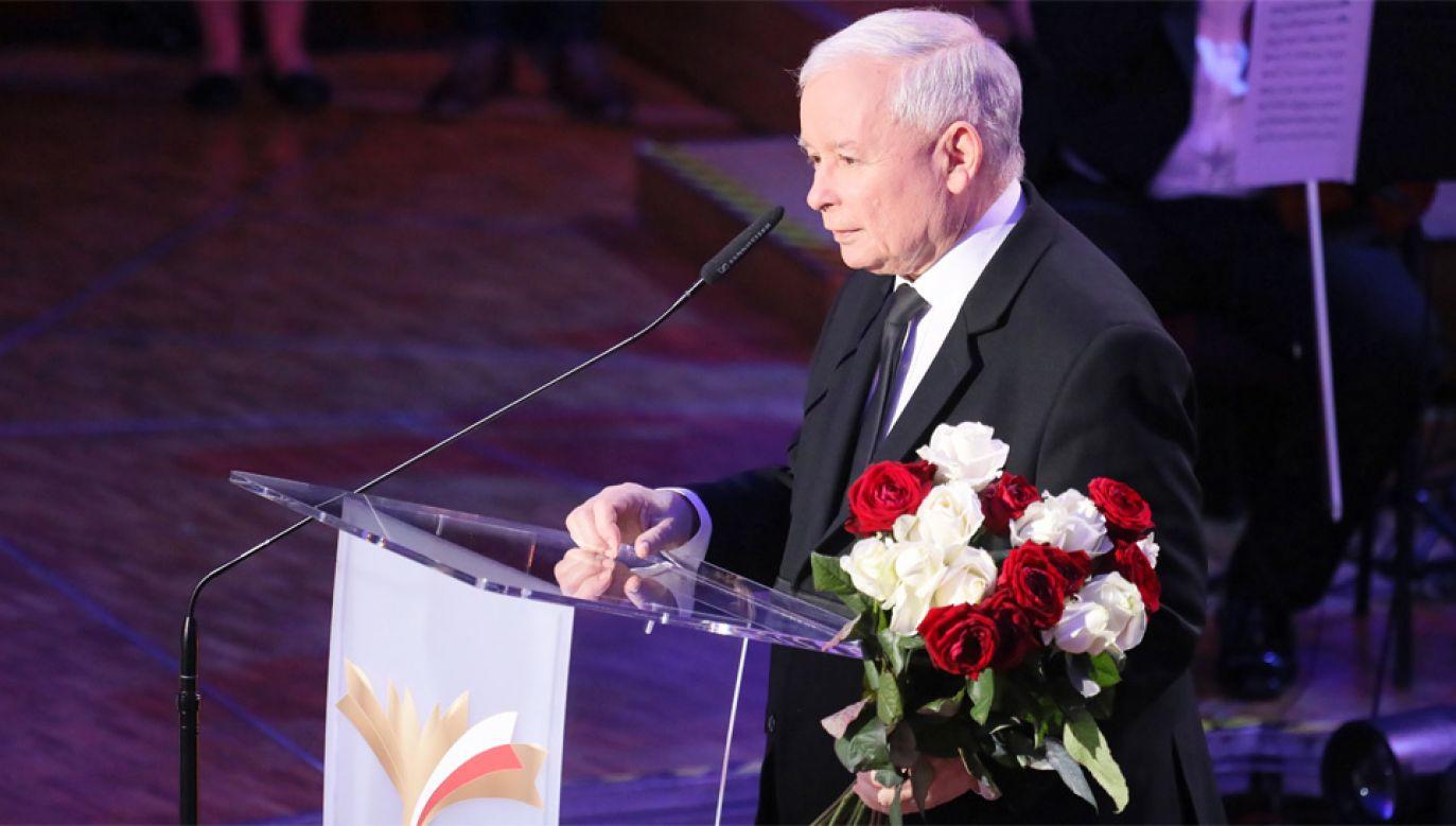 Prezes PiS Jarosław Kaczyński odebrał nagrodę podczas gali w Filharmonii Narodowej (fot. PAP/Paweł Supernak)