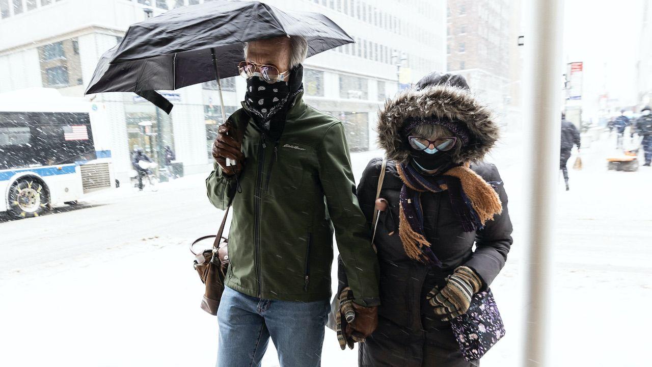 Spadek temperatury wiąże się ze wzrostem liczby zachorowań na COVID-19 (fot. PAP/EPA/JUSTIN LANE)