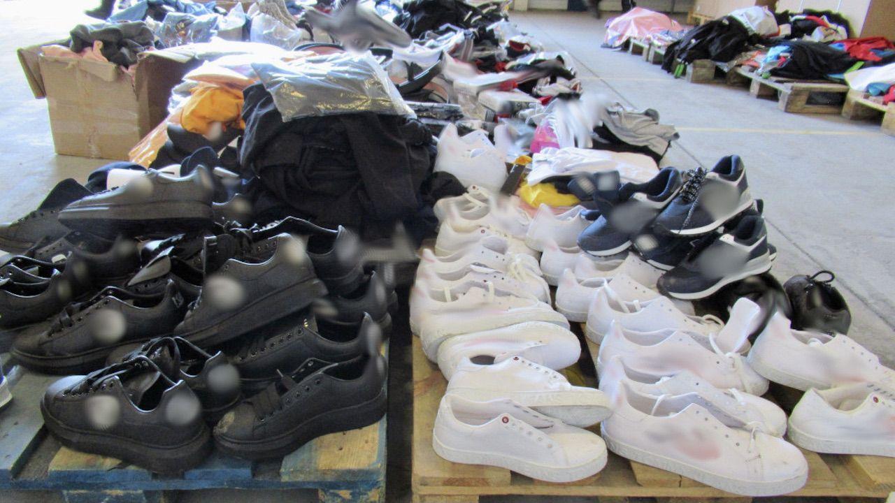 Łącznie zatrzymano 2571 sztuk odzieży oraz 519 par obuwia (fot. Wielkopolskie KAS)
