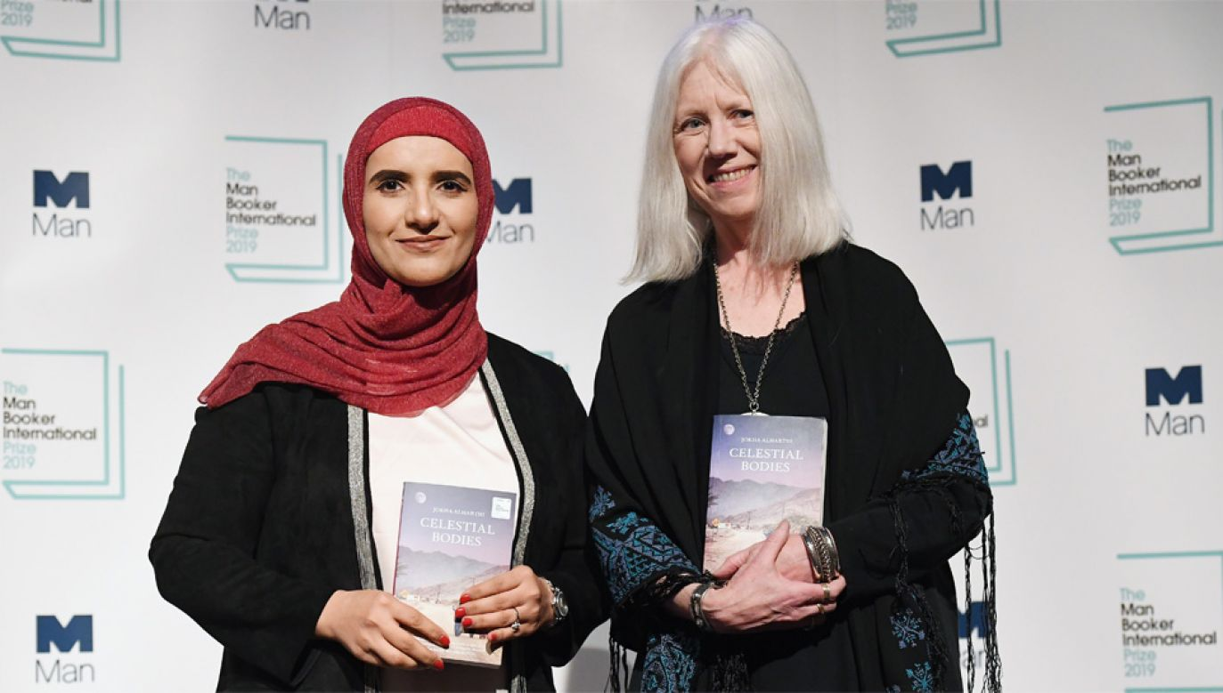 Jokha al-Harthi i tłumaczka Marilyn Booth podzielą się nagrodą (fot. PAP/EPA/ANDY RAIN)