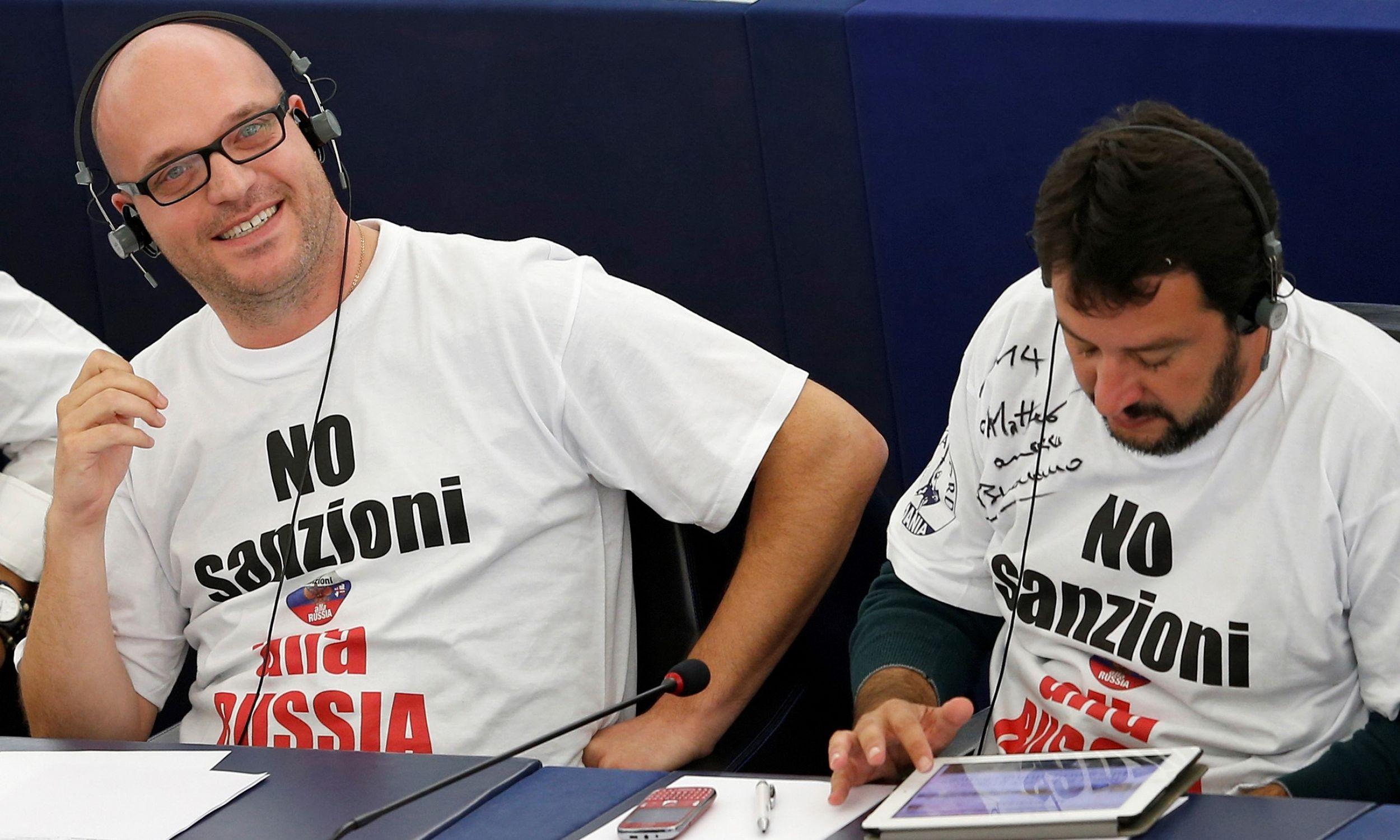Protest włoskich europarlamentarzystów przeciw sankcjom wobec Rosji, wrzesień 2014 r. Na zdjęciu od prawej: Matteo Salvini i Lorenzo Fontana. Fot.  REUTERS/Vincent Kessler
