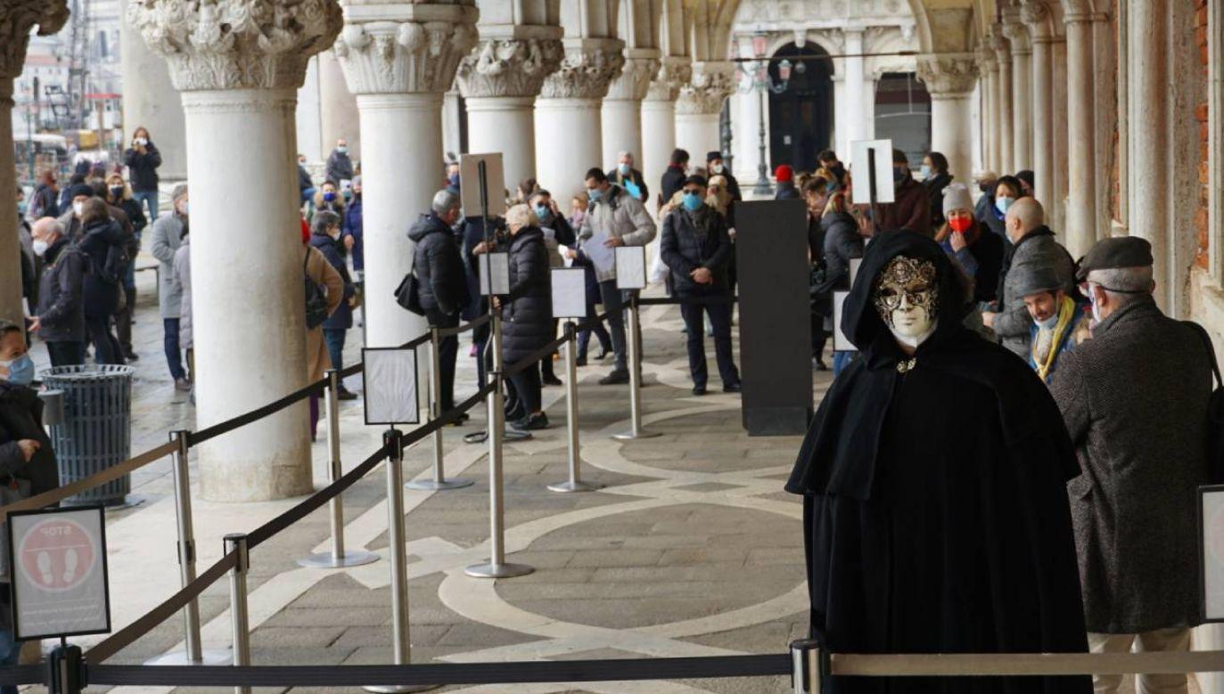 Kolejka przed wejściem do Pałacu Dożów w Wenecji (fot. PAP/EPA/Andrea Merola)