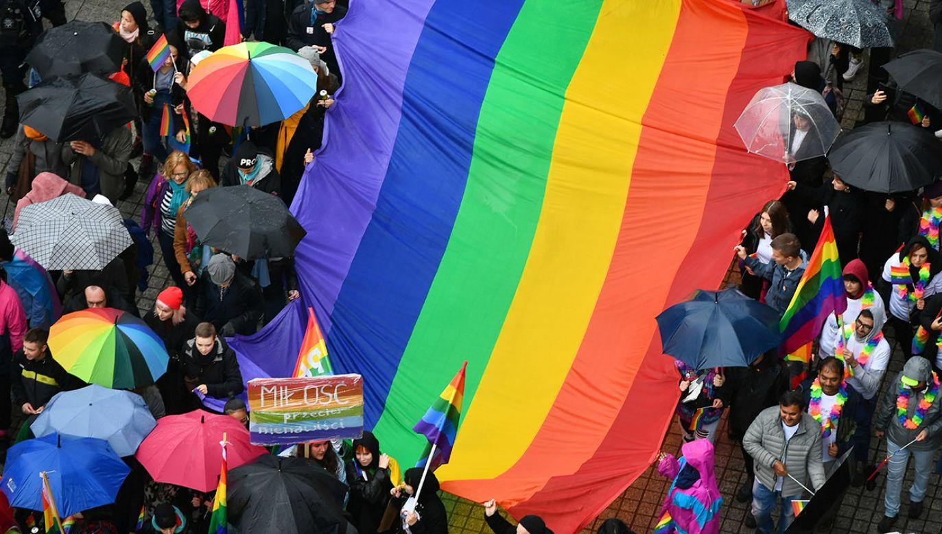 """""""Równe prawa, wszystkie, takie same prawa jak w związkach różnej płci"""" (fot. arch.PAP/Maciej Kulczyński)"""