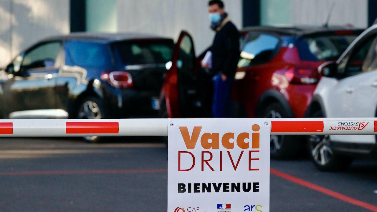 Od początku kampanii szczepień pierwszą dawkę szczepionki we Francji przyjęło ponad 12 mln osób (fot. PAP/EPA/GUILLAUME HORCAJUELO)