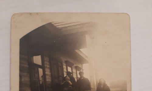 Dom rodzinny Gorodziejków w Świętej Woli. Maria, pierwsza z prawej. Za kilka lat to stąd pojedzie na